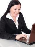 Donna di affari sorridente in ufficio con lapt Fotografie Stock Libere da Diritti