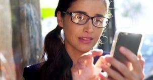 Donna di affari sorridente Using Mobile Phone stock footage