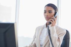 Donna di affari splendida severa sul telefono Fotografia Stock