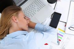 Donna di affari stanca ad area di lavoro in ufficio Fotografie Stock
