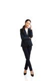 Donna di affari stanca a causa delle difficoltà Immagine Stock