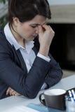 Donna di affari stanca che ha dolore del seno fotografia stock libera da diritti