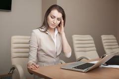 Donna di affari stanca di lavoro con il computer portatile Fotografia Stock
