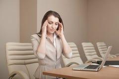 Donna di affari stanca di lavoro con il computer portatile Immagine Stock