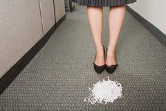 Donna di affari stata davanti al mucchio degli shreddings di carta immagini stock