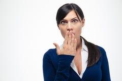 Donna di affari stupita che esamina macchina fotografica Immagine Stock