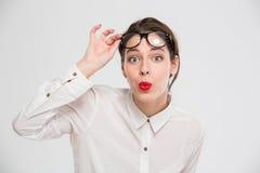 Donna di affari stupita che esamina macchina fotografica Immagine Stock Libera da Diritti