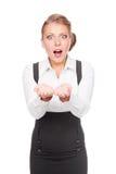 Donna di affari stupita che tiene copyspace vuoto Fotografia Stock