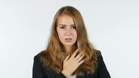 Donna di affari stupita e colpita, ritratto, fondo bianco