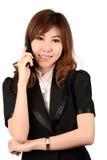 Donna di affari su funzionamento del cellulare mentre parlando sullo smartphone Fotografia Stock Libera da Diritti