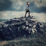 Donna di affari su una cima della montagna Fotografia Stock Libera da Diritti
