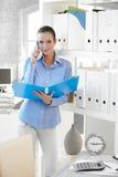 Donna di affari sul dispositivo di piegatura della holding di chiamata di telefono immagine stock libera da diritti