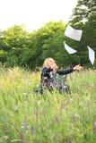 Donna di affari sul documento della cattura della natura Fotografia Stock Libera da Diritti