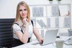 Donna di affari sul lavoro Immagini Stock
