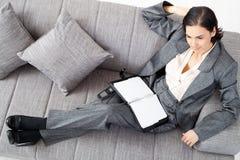 Donna di affari sul sofà Fotografia Stock