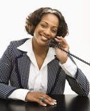 Donna di affari sul telefono. immagine stock