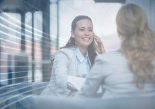 Donna di affari sul telefono dietro la sovrapposizione grafica della freccia Fotografia Stock Libera da Diritti