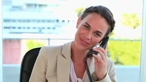 Donna di affari sul telefono ed esaminare macchina fotografica video d archivio