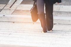 Donna di affari sull'ora delle scale in fretta e furia Immagine Stock Libera da Diritti