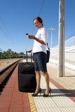 Donna di affari sulla piattaforma alla stazione ferroviaria Fotografia Stock Libera da Diritti
