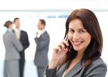 Donna di affari sveglia sul telefono Immagini Stock