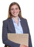 Donna di affari tedesca felice con l'archivio Immagine Stock