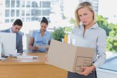 Donna di affari turbata che lascia ufficio dopo essere stato lasciatoe andare Immagini Stock