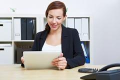 Donna di affari in ufficio Immagini Stock