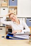 Donna di affari in ufficio che allunga la sua nuca Fotografia Stock
