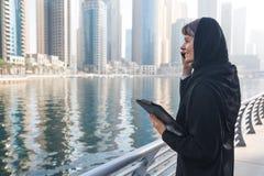 Donna di affari in un abaya Fotografia Stock