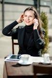 Donna di affari in un caffè sulla via Immagine Stock Libera da Diritti