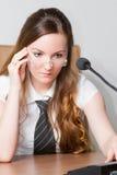 Donna di affari in un legame ed in un microfono fotografia stock libera da diritti