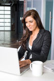 Donna di affari in un ufficio moderno Fotografia Stock
