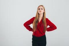 Donna di affari in una blusa rossa Immagini Stock