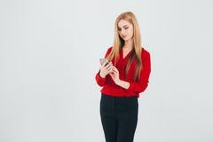 Donna di affari in una blusa rossa Immagine Stock