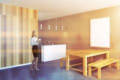 Donna di affari in una cucina rustica, manifesto della struttura immagine stock
