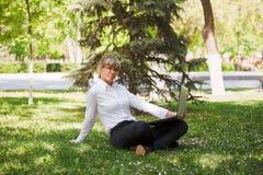 Donna di affari in una sosta della città Fotografia Stock Libera da Diritti