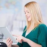 Donna di affari Using Digital Tablet fotografia stock