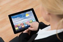 Donna di affari Using Digital Tablet con il App fotografia stock