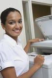 Donna di affari Using Fax Machine In Office immagini stock libere da diritti