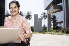 Donna di affari Using Laptop Outdoors Fotografia Stock