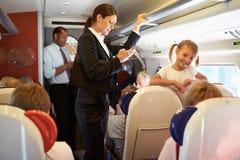 Donna di affari Using Mobile Phone sul treno pendolare occupato Fotografia Stock Libera da Diritti