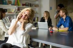 Donna di affari Using Mobile Phone in ufficio Immagini Stock Libere da Diritti