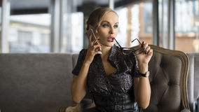 Donna di affari Using Phone Working in caffetteria Immagini Stock