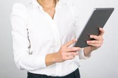 Donna di affari Using Tablet Computer su fondo bianco Fotografia Stock Libera da Diritti