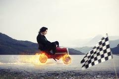 Donna di affari veloce con le vittorie di un'automobile contro i concorrenti Concetto di successo e di concorrenza fotografie stock