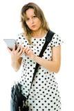 Donna di affari in vestito del punto facendo uso della compressa fotografie stock