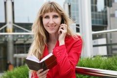 Donna di affari in vestito rosso Fotografia Stock Libera da Diritti