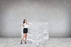 Donna di affari vicino al grande cubetto di ghiaccio Immagine Stock