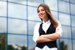 Donna di affari vicino all'edificio per uffici Immagine Stock